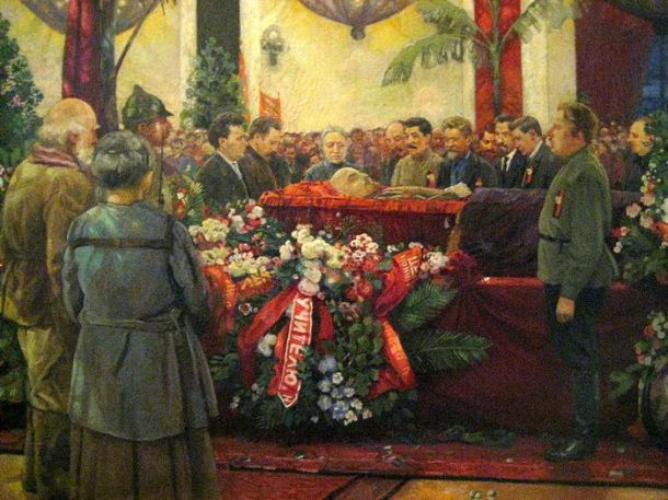1200px-Lenin's_funerals_by_I.Brodsky_(1925)_detail_01-700